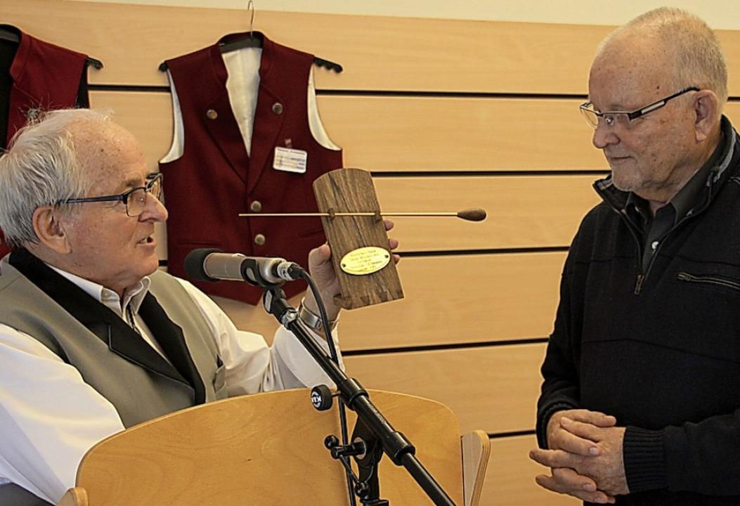 Taktstock in Gold für Hellmut Blaudszun (rechts) vom Seniorenorchester  | Foto: Sabine Model