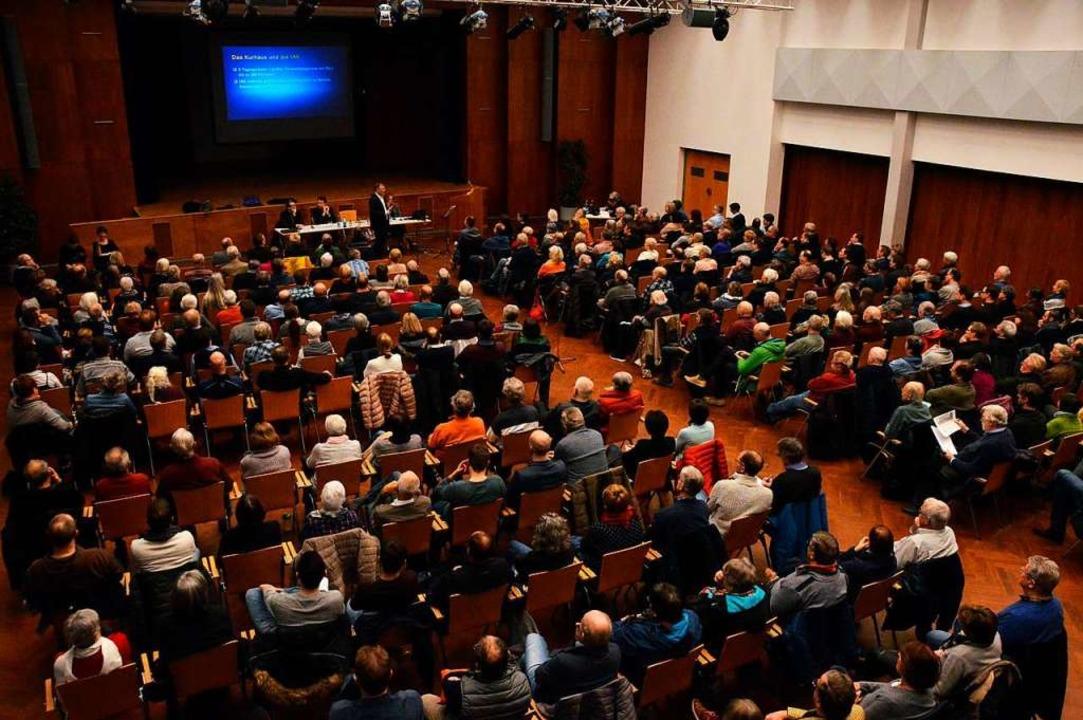 Rund 350 Bürgerinnen und Bürger kamen ins Kurhaus.  | Foto: Gerhard Lück