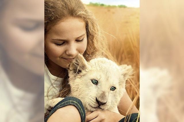 Ein Mädchen hat eine Raubkatze zum besten Freund