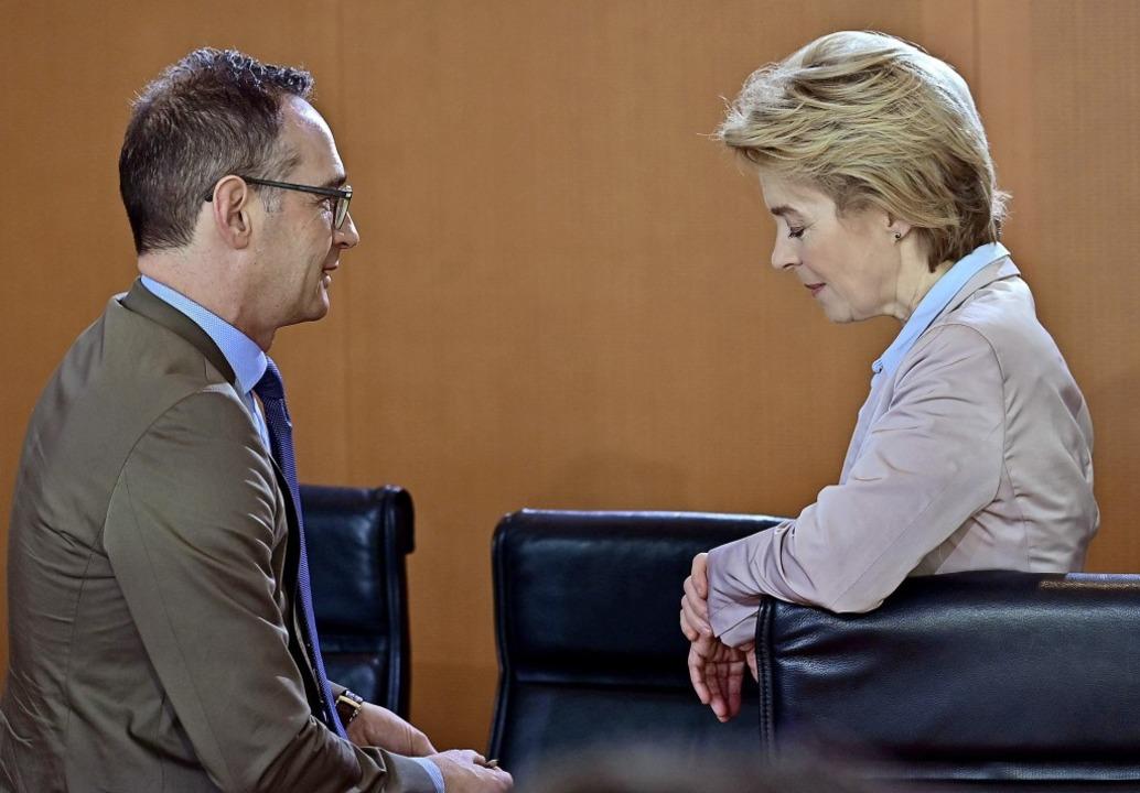 Verteidigungsministerin Ursula von der...m Kopf neben Außenminister Heiko Maas   | Foto: afp