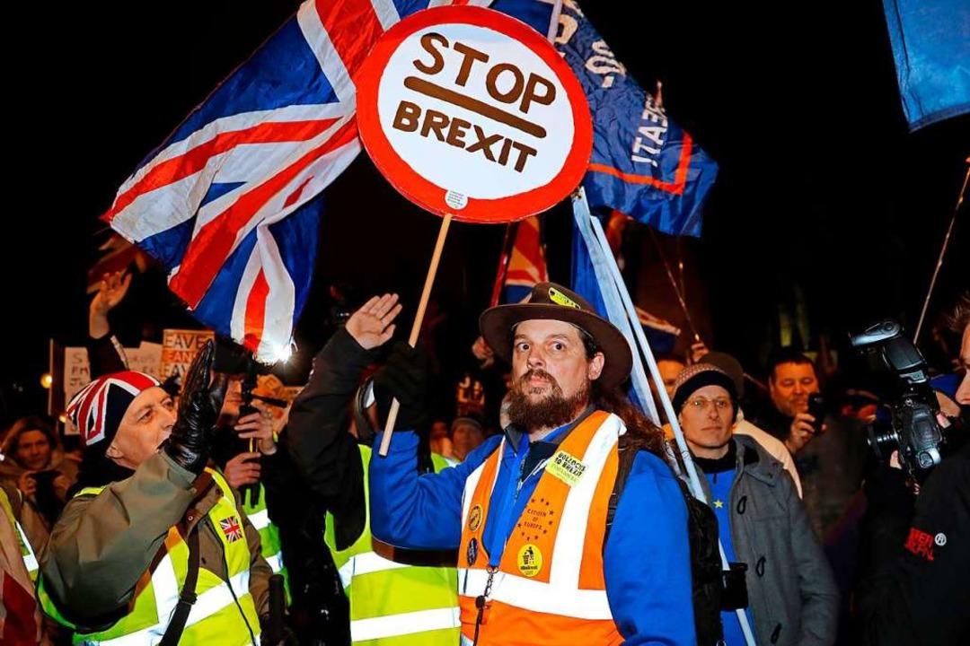 Die Frage ob man für oder gegen den Br...ibt tausende Menschen auf die Straßen.  | Foto: AFP