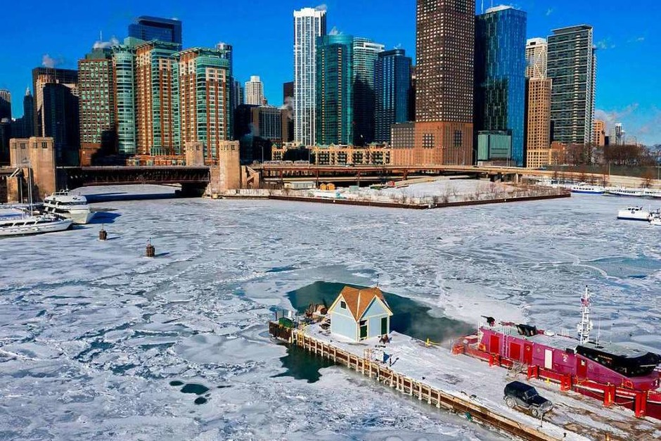 Ein Boot der Chicagoer Feuerwehr vor den Docks zwischen dem von Eis bedeckten Chicago River und dem Lake Michigan in Chicago. (Foto: dpa)
