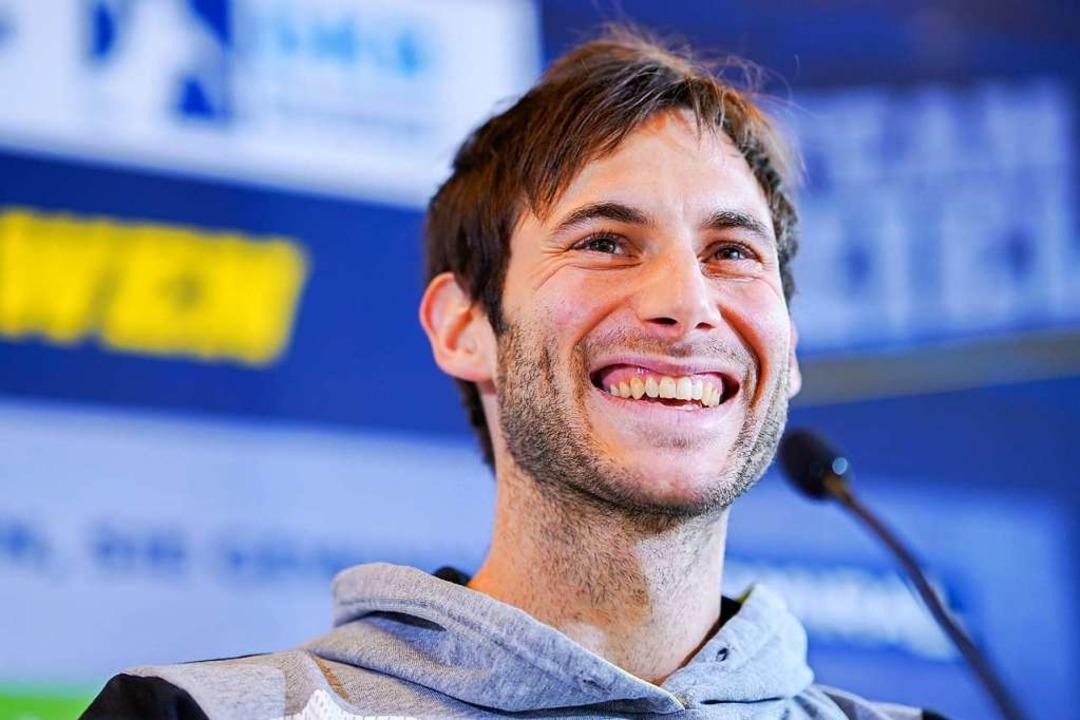 andball-Nationalspieler Uwe Gensheimer lacht bei der Pressekonferenz.  | Foto: dpa