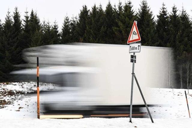 Laster ignorieren Sperrung wegen Schneefall und sorgen für Stillstand
