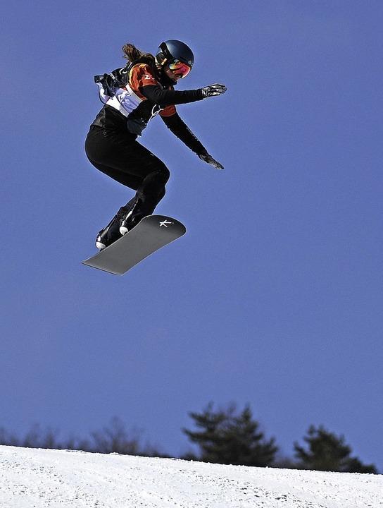 Hoch hinaus: Snowboard-Crosserin Jana Fischer   | Foto: dpa