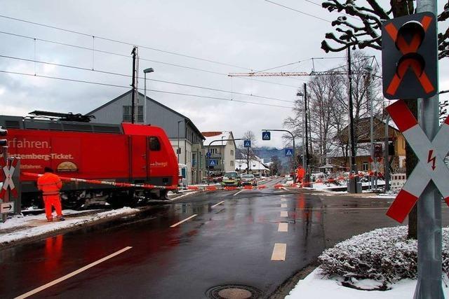 Zwei Helfer sichern den Kirchzartener Bahnübergang – seit mehr als zwei Monaten