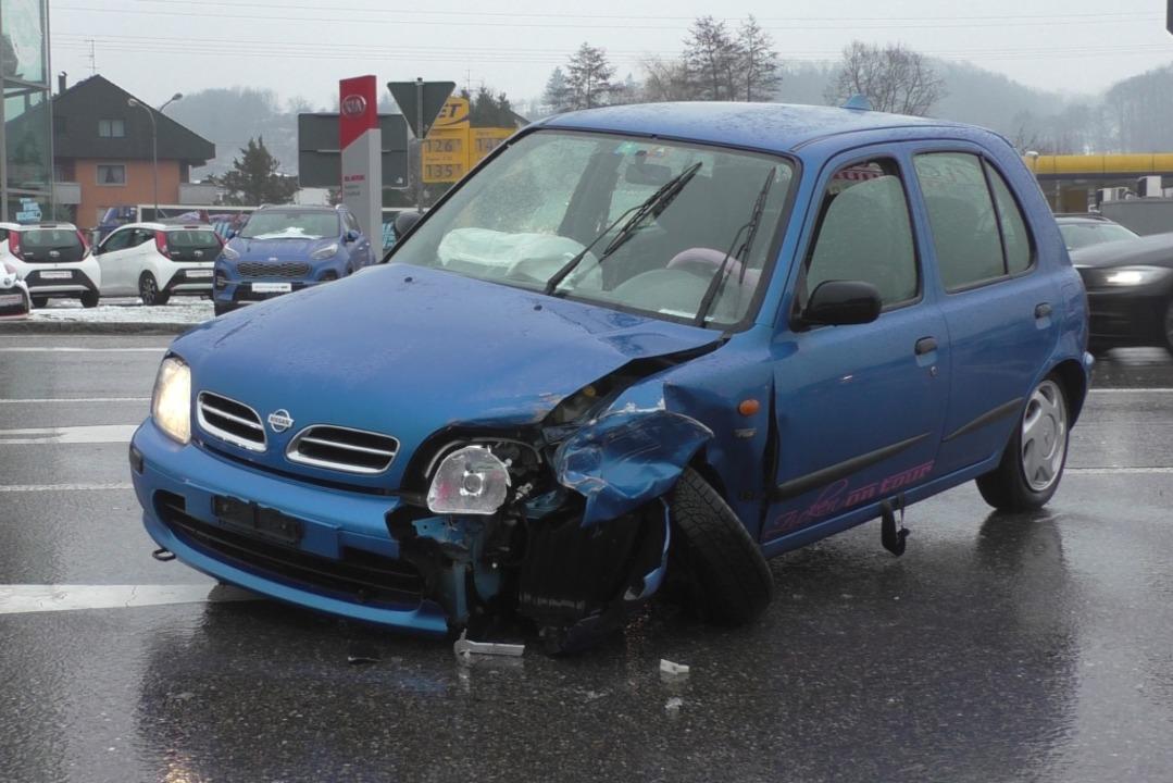 Demoliert ist ein Auto nach dem Unfall... B317 bei der Einfahrt Maulburg-Mitte.  | Foto: Peter Umstetter