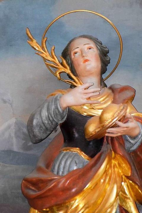 Agatha,  ihre Brüste auf einem Tablett haltend, in Horbens Kirche  | Foto: Sarah Nöltner