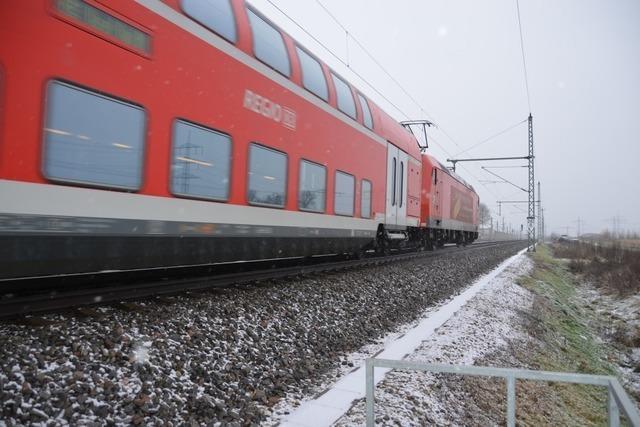 Mann wird auf Rheintalstrecke von Zug erfasst und schwer verletzt