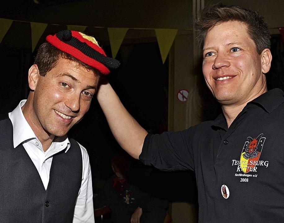 Bürgermeister Tobias Metz (links) beka...s Kranzer  ein Narrenkäppli geschenkt.  | Foto: Roland Vitt