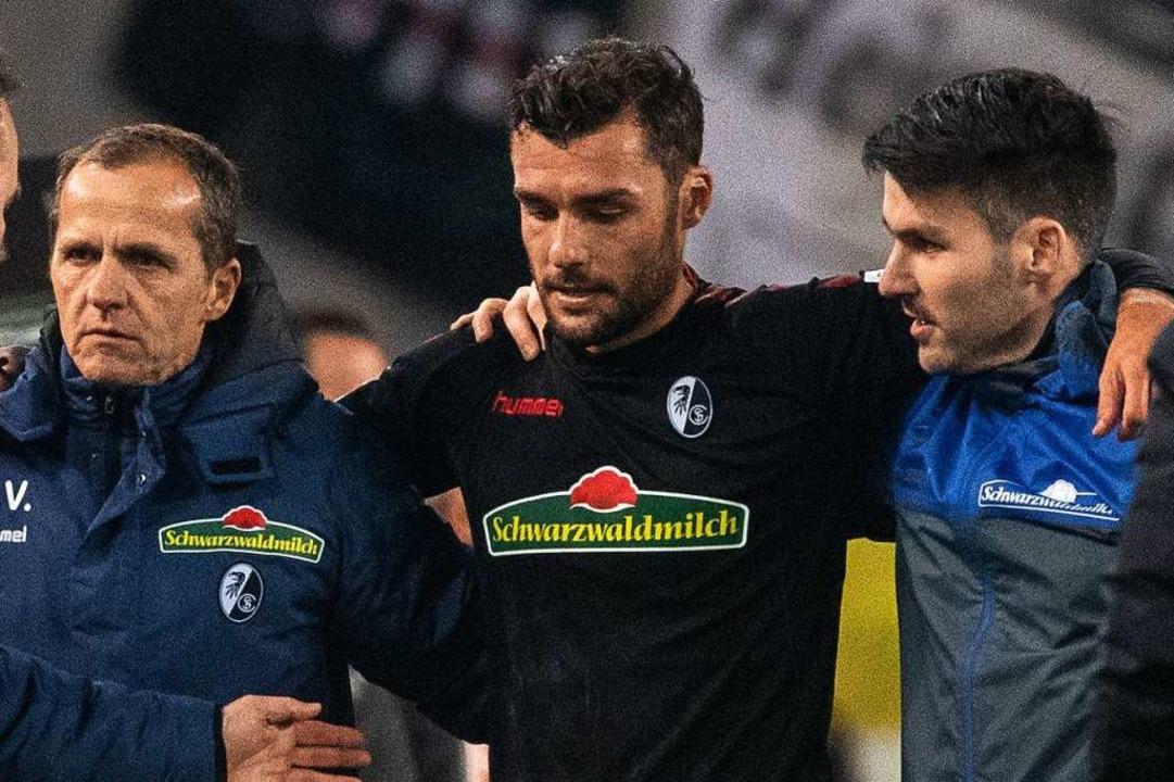 Manuel Gulde verletzte sich am Obersch...ch vor der Pause ausgewechselt werden.  | Foto: dpa