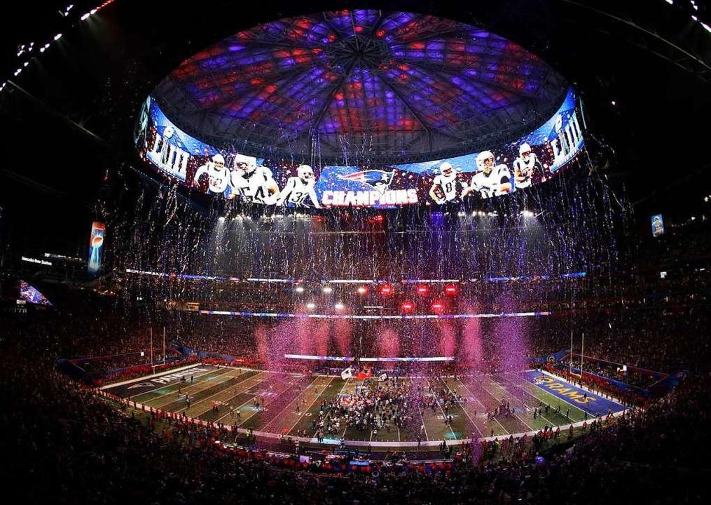 Die New England Patriots jubeln nach dem gewonnenen Spiel.  | Foto: dpa