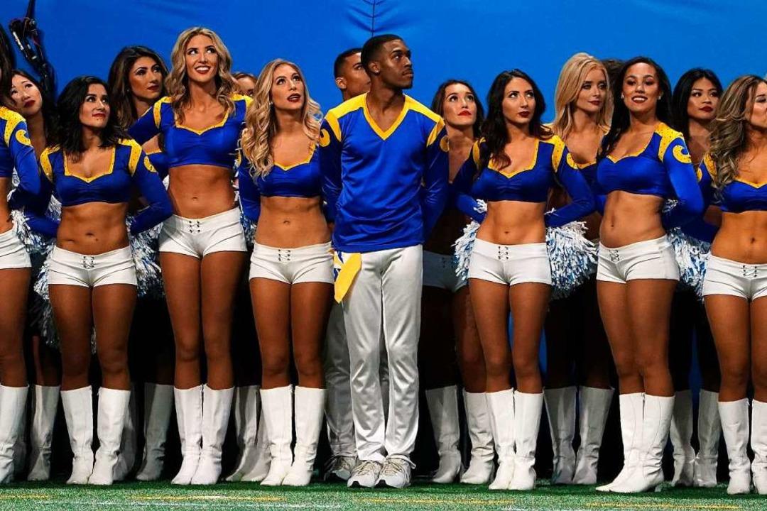 Die Cheerleader gehören zum Super Bowl wie die Promis auf den Zuschauerrängen.  | Foto: AFP