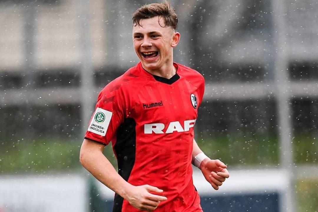 Viel Spaß im Schnee: Lucas Hermes trif...e Freiburger A-Junioren gegen den KSC.  | Foto: Patrick Seeger
