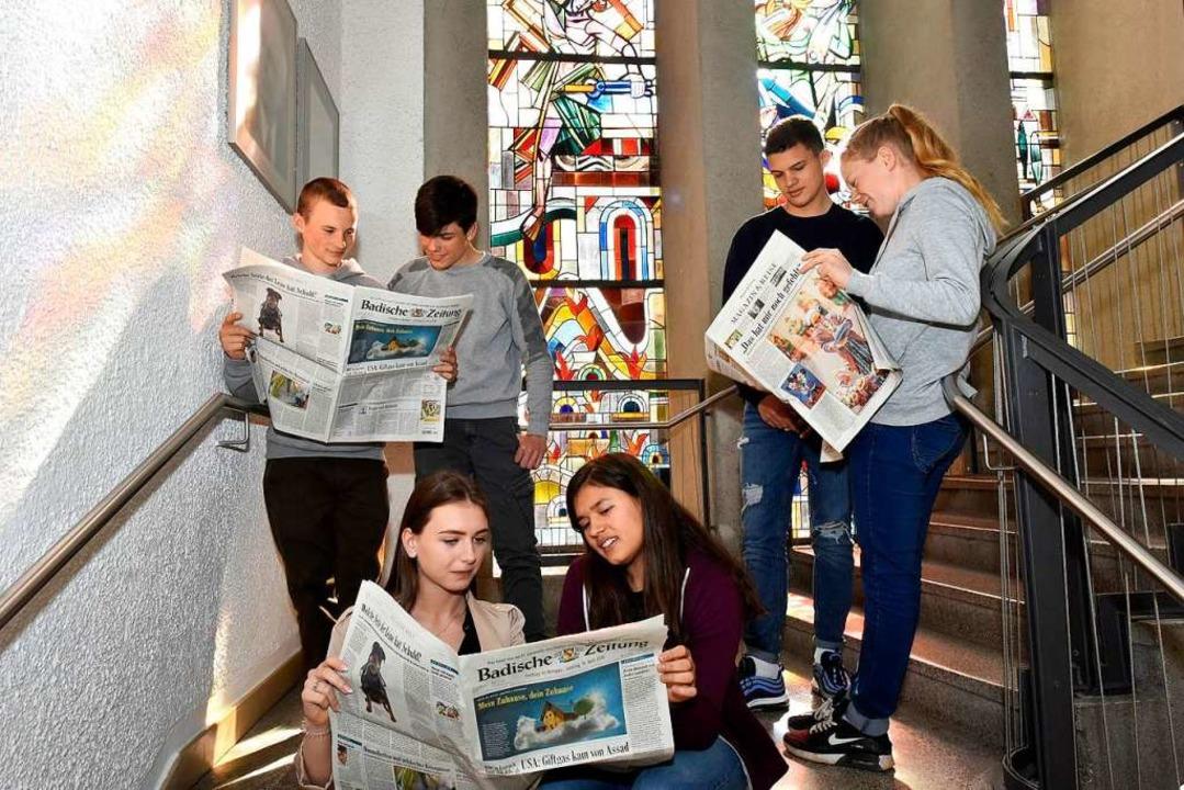 Schüler beim Zeitunglesen.   | Foto: Thomas Kunz