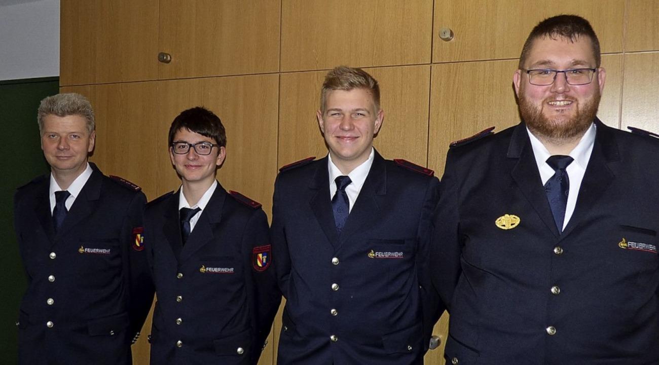 Die beiden neuen Feuerwehrmänner Flori...ts) und seinem Vertreter Uwe Breunig.     Foto: Fiedler