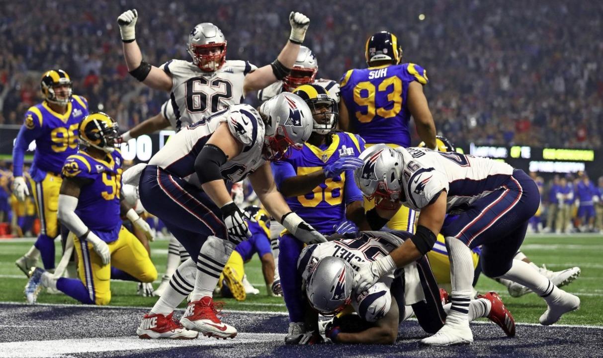 Es ist geschafft: Sony Michel (am Bode...ngland Patriots im Super-Bowl-Finale.   | Foto: afp