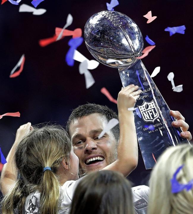 Überglücklich: Tom Brady von den Patri...ocher und die Vince Lombardi Trophäe.   | Foto: dpa