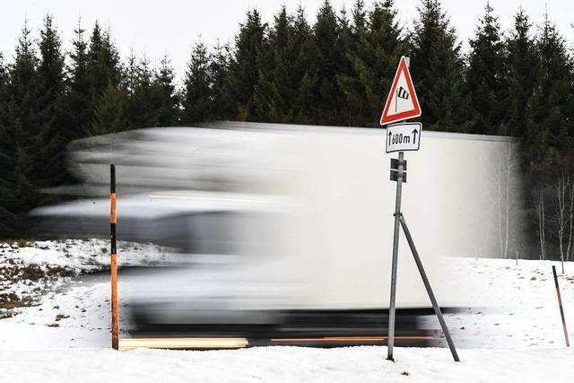 Eisplatten auf Lkw-Dächern führen immer wieder zu Unfällen