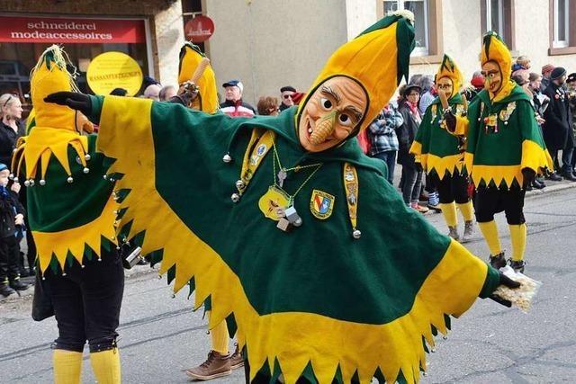 Welschkorngeister feiern Zunftabend erstmals in Festzelt auf dem Denzlinger Rathausplatz