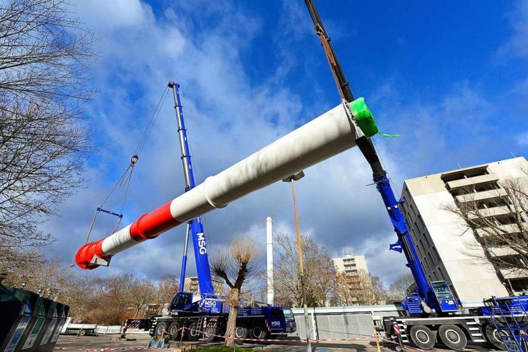 An zwei großen Kräne wurde der neue Schornstein transportiert.  | Foto: Ingo Schneider