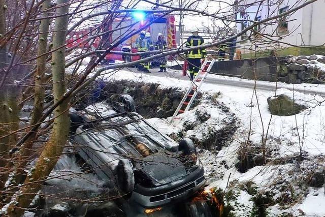 Schneeglätte: Golf landet auf dem Fahrzeugdach im Bach