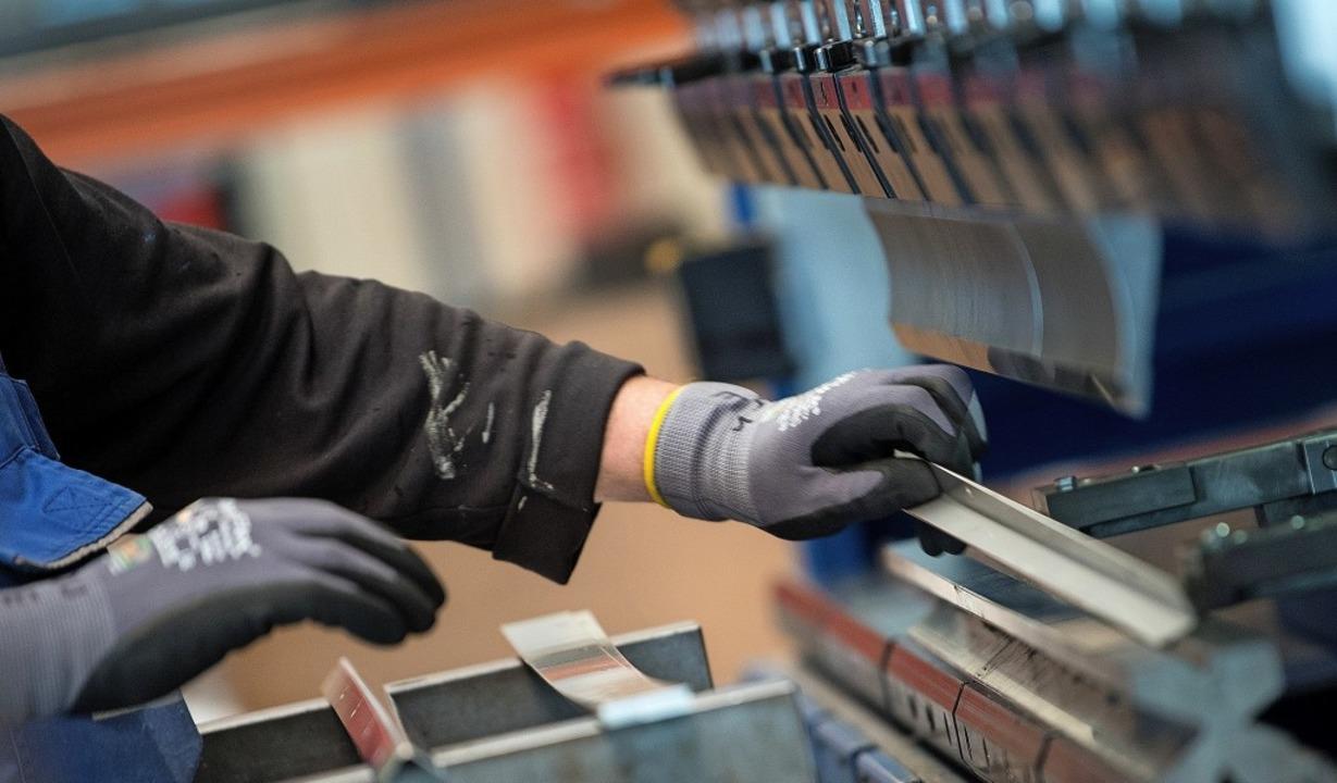 Der Fachkräftebedarf bleibt für die Betriebe das beherrschende Thema.   | Foto: dpa