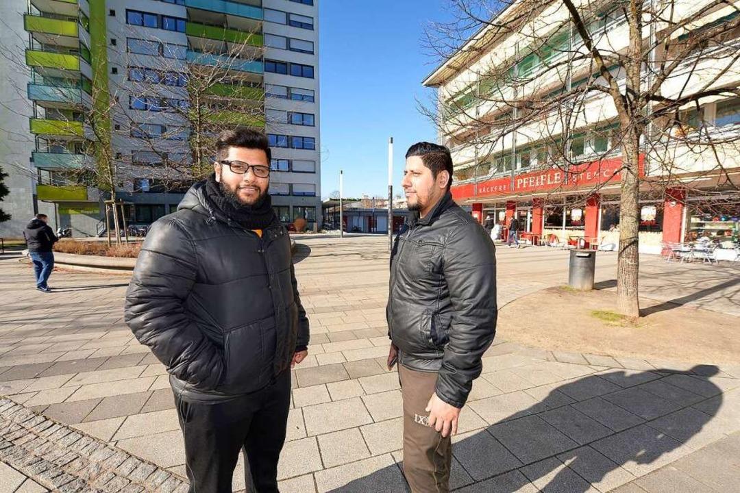 Die Brüder Lovepreet und Amit Rana (rechts)  suchten  lange eine Wohnung.  | Foto: Ingo Schneider