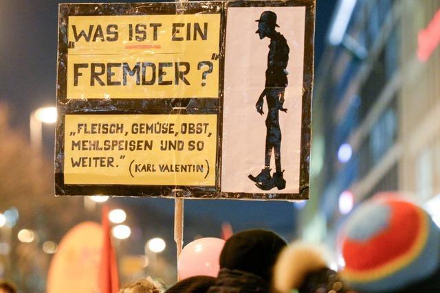 Auch ein Hitlergruß mit links bleibt ein Hitlergruß
