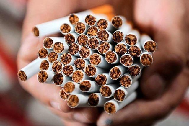 Dreiste Diebinnen wollen Zigaretten für 200 Euro an der Kasse vorbeischmuggeln