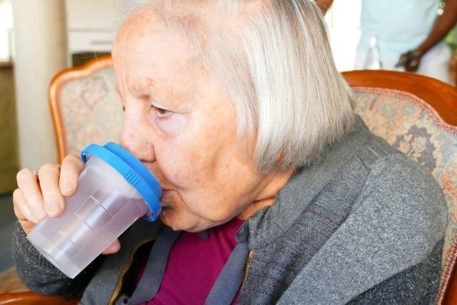 Zwei Gründer aus dem Elztal helfen mit ihrem Start-up alten Menschen beim Trinken