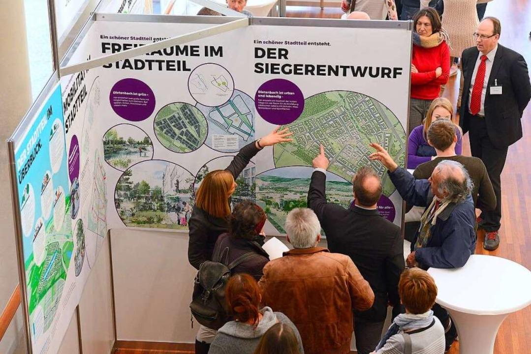 Eifrig diskutiert wurde an den Infostä...r den Siegerentwurf für den Stadtteil.  | Foto: Ingo Schneider