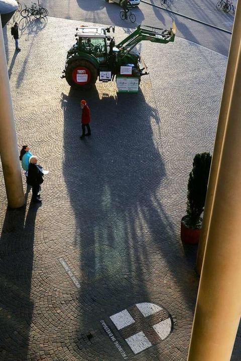 Gegner des Stadtteils parkten einen Traktor vor dem Konzerthaus.  | Foto: Ingo Schneider