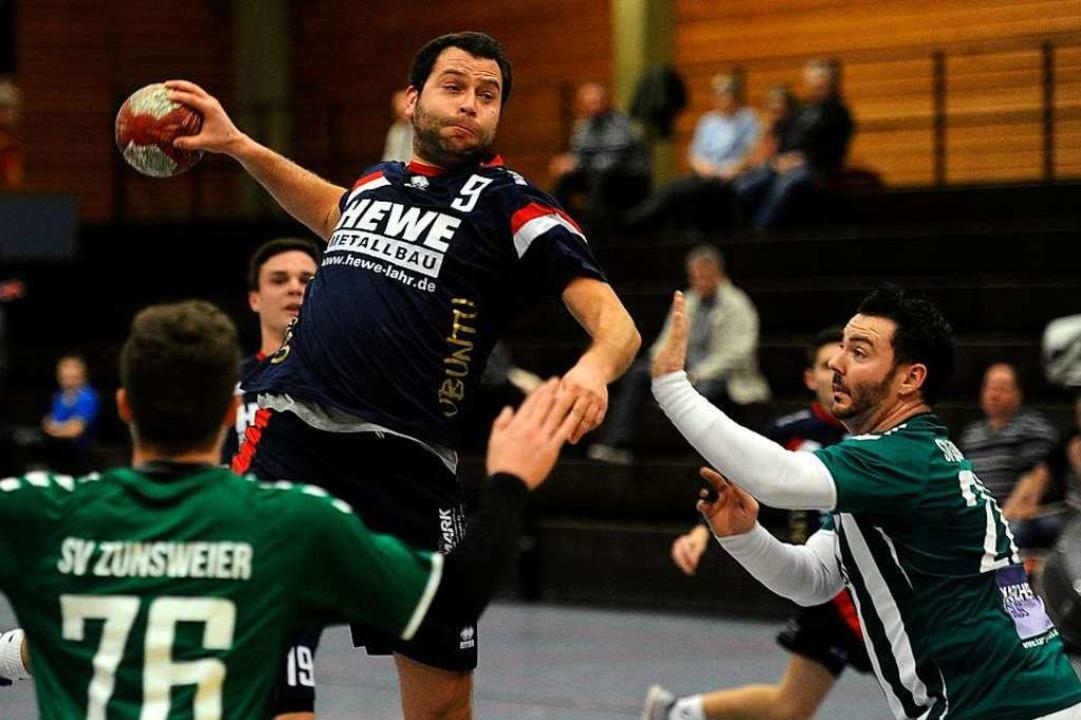 Michael Labusch (mit Ball) ist Torwerf...orsitzender Sport beim HTV Meißenheim.  | Foto: Pressebüro Schaller