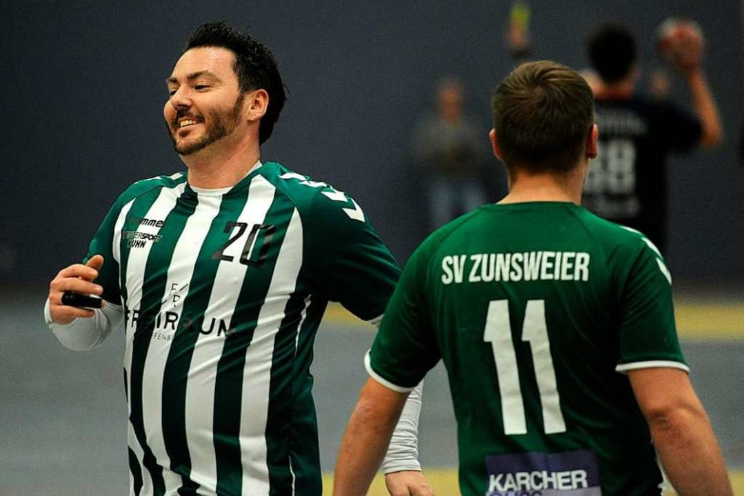 Nico Vollmer (links), ehemaliger Spiel...sich über einen Treffer gegen den HTV.  | Foto: Pressebüro Schaller