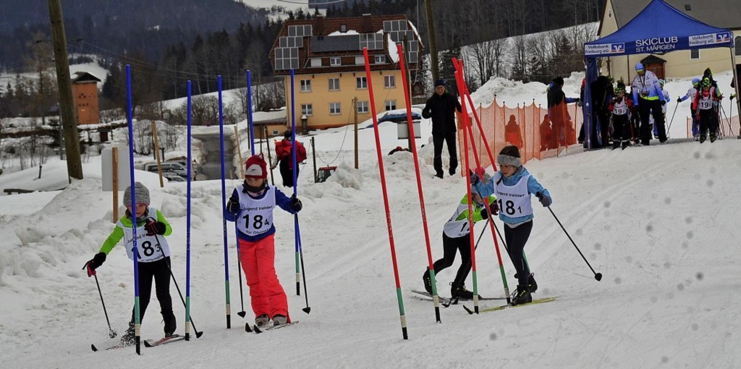 Gewusel im Stangenwald: Vier Mädels vom Team Grundschule Waldau-Langenordnach 4  | Foto: Annemarie zwick