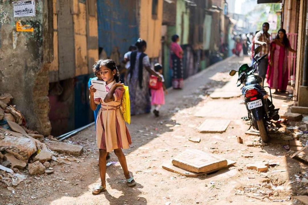 Ein Schulmädchen auf dem Heimweg im Sl...avi in Mumbai, der größte Slum Asiens.  | Foto: Carlotta Huber
