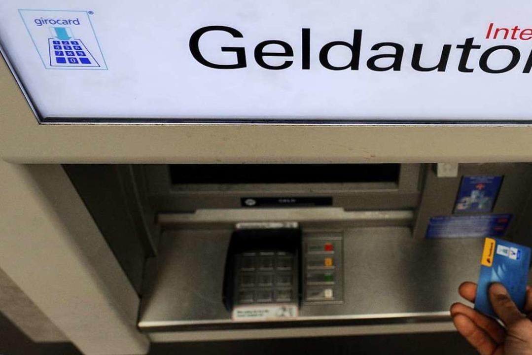Mit brachialer Gewalt versuchten die T...Geldautomat aufzubrechen (Symbolbild).  | Foto: dpa