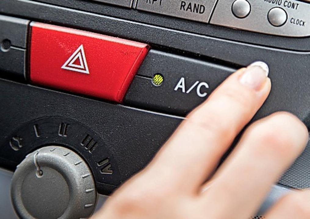 Die Klimaanlage im Auto entfeuchtet die Luft.   | Foto: dpa