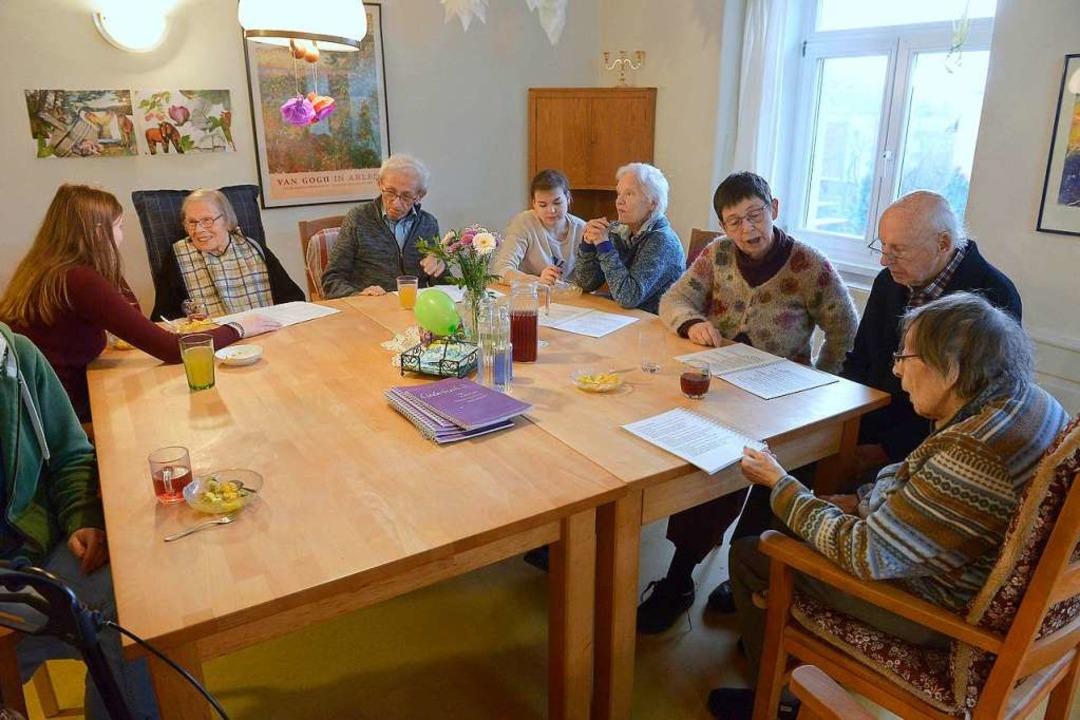 Zusammen singen: Bewohnerinnen und Bew... am großen Tisch im Gemeinschaftsraum.  | Foto: Ingo Schneider