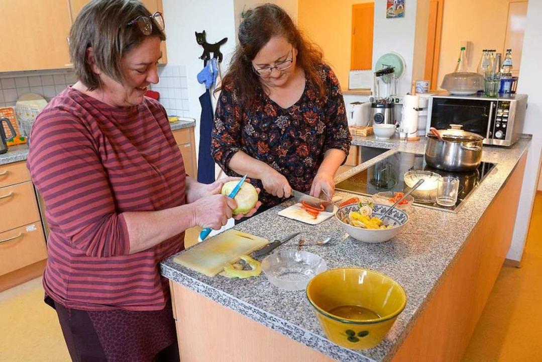 Zwei vom Pflegeteam: Susanne Albrecht ...bereiten das  Abendessen für alle vor.  | Foto: Ingo Schneider