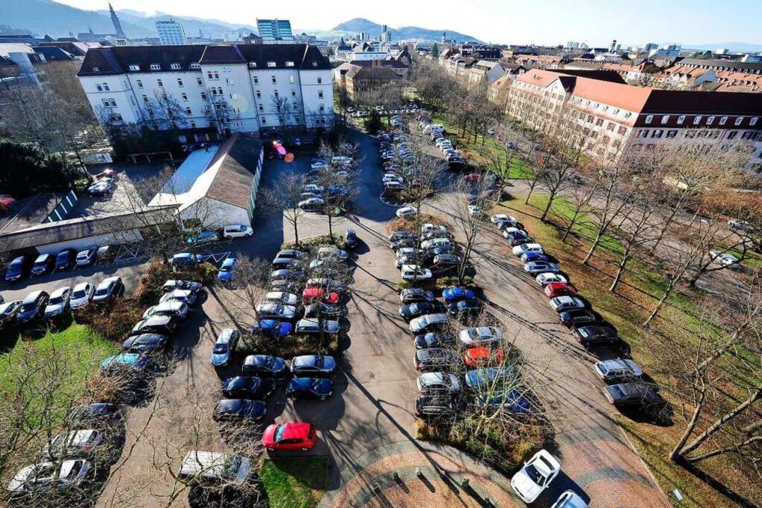Hier könnten auch Wohnungen stehen: Behördenparkplatz in Herdern  | Foto: Thomas Kunz