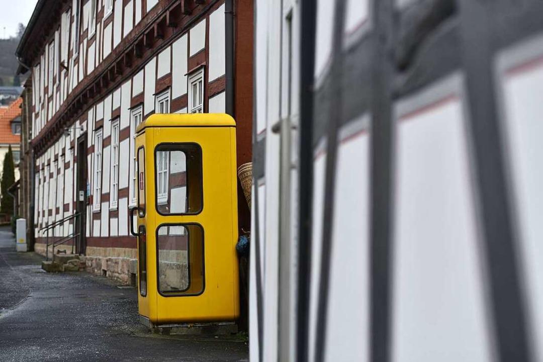 So schön gelb – eine einsame Telefonzelle  | Foto: dpa