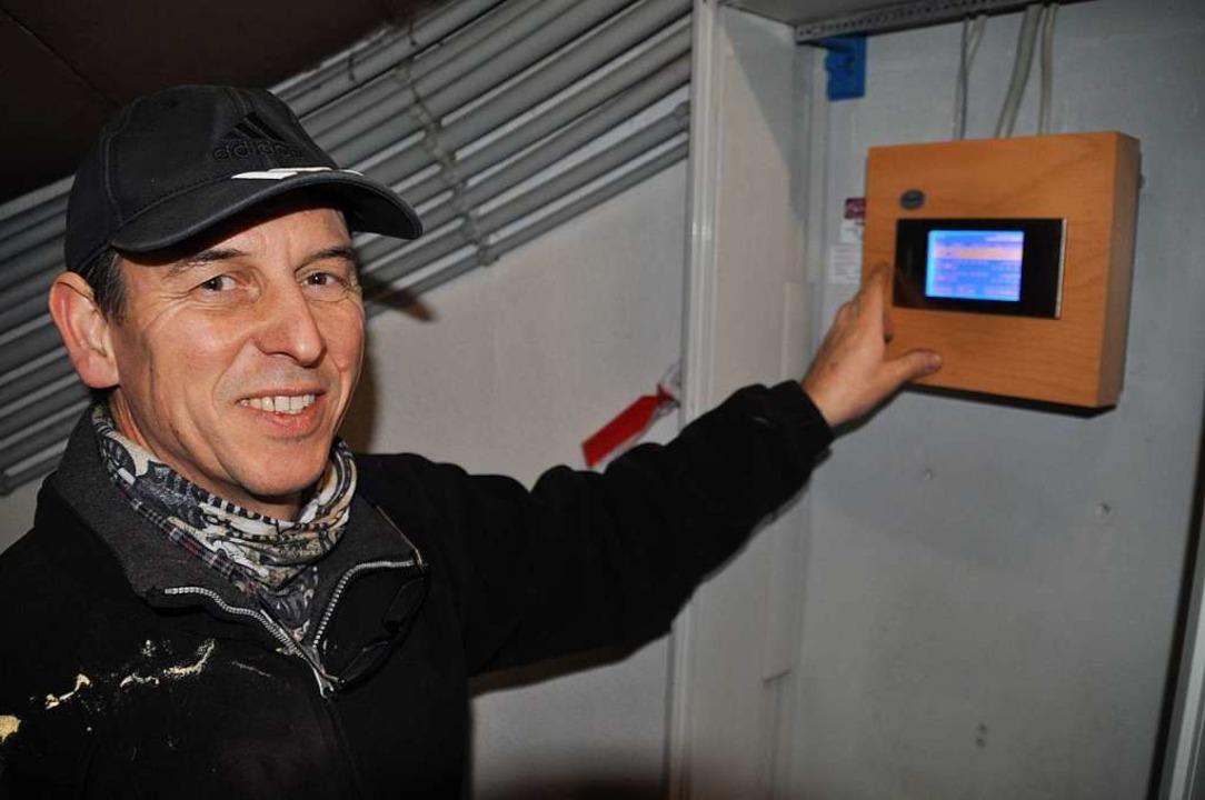 Hausmeister Urs Schneider kann den Glockencomputer per Touchscreen steuern.  | Foto: Nicolai Kapitz