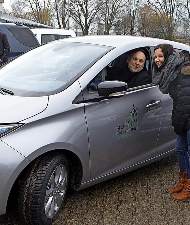 OB Stefan Schlatterer im Dienstwagen mit Elektroantrieb.   | Foto: Walser
