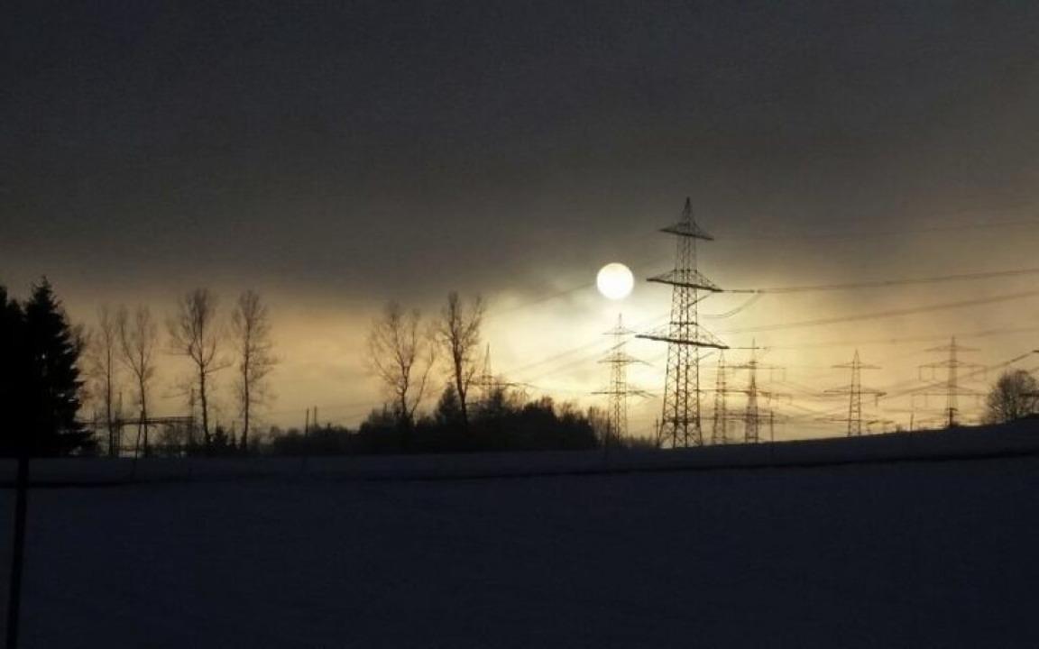 Hinter den Stromleitungen geht die Sonne unter.    Foto: Elke Schmid