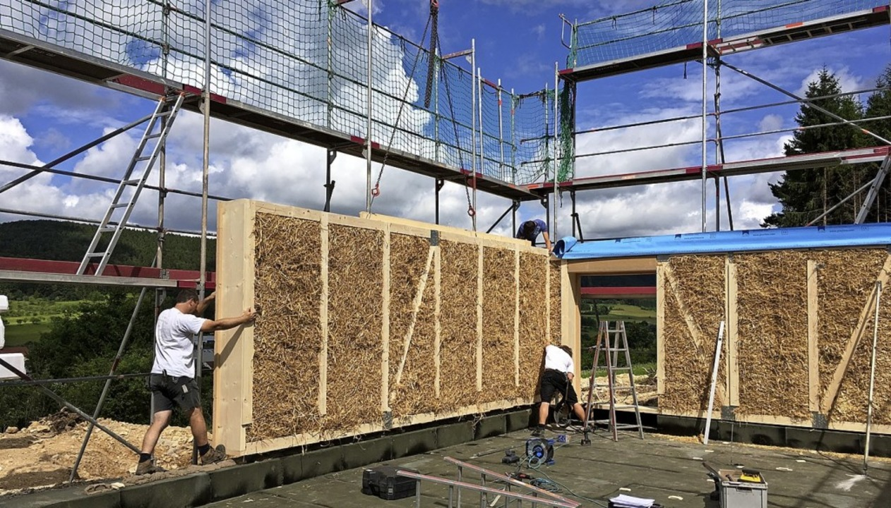 Ein Blick auf das Haus in der Bauphase...hen die Holzelemente gepresst wurden.   | Foto: Guy Simon