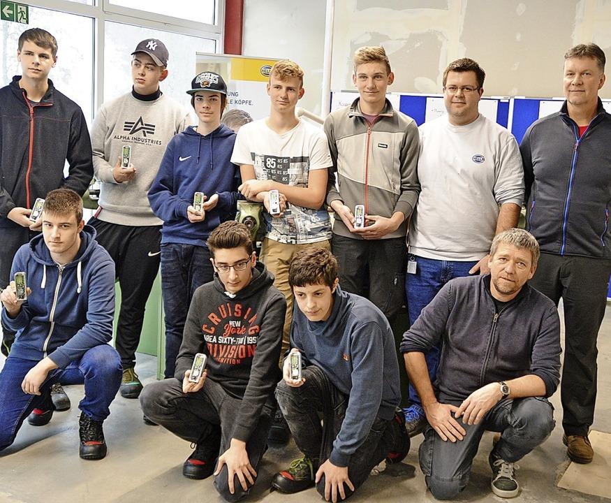 Stolz präsentierten die Schüler ihre S...r Christian Röll (kniend ganz rechts).  | Foto: Edgar Steinfelder
