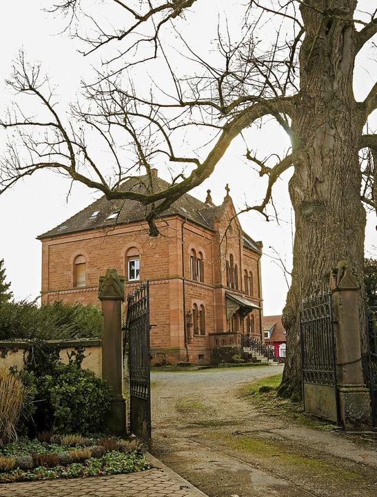 Markantes Sandsteingebäude in der Kirc...tholische Pfarrhaus steht zum Verkauf.  | Foto: Decoux-Kone