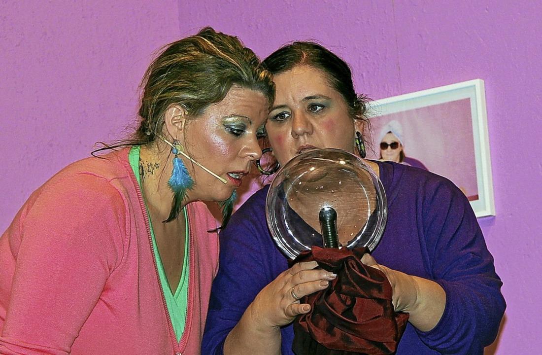 Madame Kassandra (Sonja Steiger, recht...unft aus der Glaskugel vorauszusagen.   | Foto: Herbert Trogus